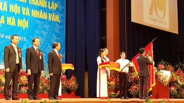 Phó Thủ tướng Vũ Đức Đam trao tặng Huân chương Độc lập hạng Nhất cho trường ĐH KHXH&NV-ĐHQG HN.