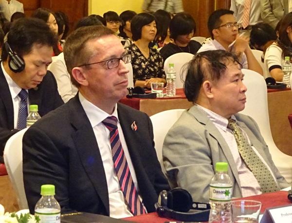 Giáo sư Neil Quigley (trái) - Hiệu phó trường ĐH Waikoto (New Zealand) có lời dẫn bằng tục ngữ Việt đầy thú vị.