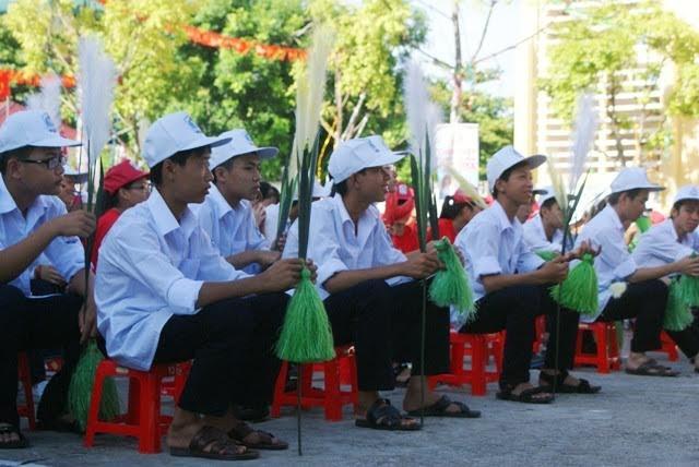 Trên tay mỗi học sinh trường Kim Sơn A là một bông lau, tượng trưng cho chiến thắng