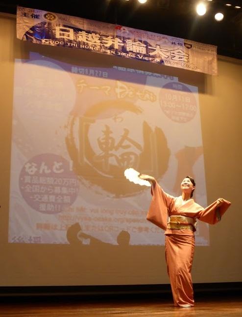 Nghệ sĩ múa Asuka Koubai và học trò trình diễn tiết mục múa truyền thống Nhật Bản.