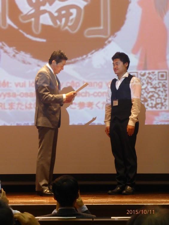 Bạn Hồ An (phải) nhận giải Nhất hùng biện tiếng Nhật.