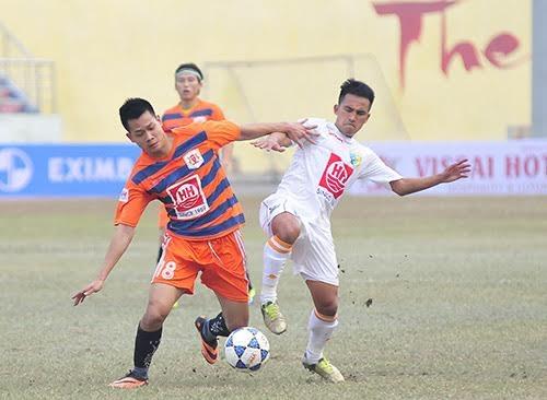 Cầu thủ Phan Anh Tuấn của Ninh Bình (trái)