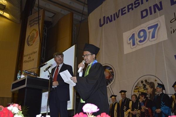 Phúc phát biểu đại diện hơn 6000 sinh viên phát biểu trong lễ tốt nghiệp trường ĐH Bách khoa Bucharest – (Ảnh: upb.ro)