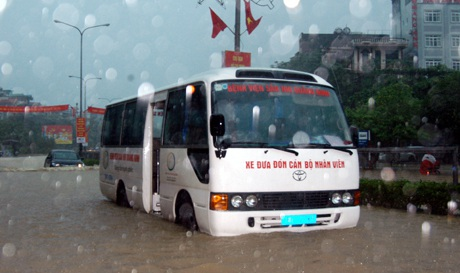 Mưa lớn gây ngập đường Nguyễn Văn Cừ, TP Hạ Long, khiến nhiều xe ô tô bị chết máy. (Ảnh chụp lúc 7 giờ 30 phút ngày 28/7). Ảnh: Văn Đức-TTXVN