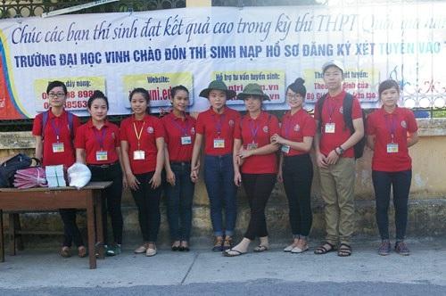 Phan Thị Quỳnh Trang (ngoài cùng bên trái) cùng các bạn trong chương trình Tiếp sức mùa thi.