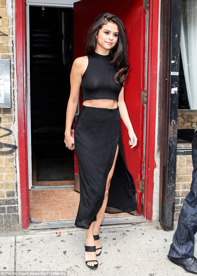 Selena Gomez cũng đã xác nhận sẽ biểu diễn trong Victoria's Secret Fashion Show năm nay cùng Rihanna, The Weeknd