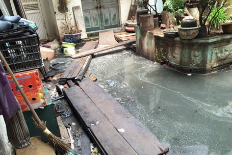 Cụm dân cư 146 Quán Thánh ngập ngụa trong nước thải hơn 2 năm qua có nguyên nhân bị tắc cống thoát nước thải dưới nền nhà số 5 Đặng Dung.