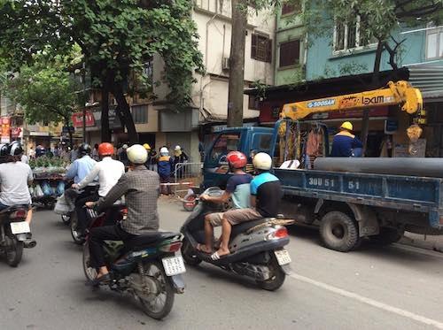 Một ống cống mới được đưa đến hiện trường bất chấp chỉ đạo của Phó Chủ tịch UBND TP Hà Nội về việc phải có sự đồng thuận của người dân trong phương án xử lý.