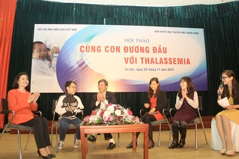 GS.TS Nguyễn Anh Trí và ThS. BS Nguyễn Thị Thu Hà (ngoài cùng bên trái) cùng các bệnh nhân