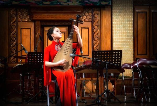 Cô xuất sắc tốt nghiệp Học viện Âm nhạc quốc gia với vị trí thủ khoa.