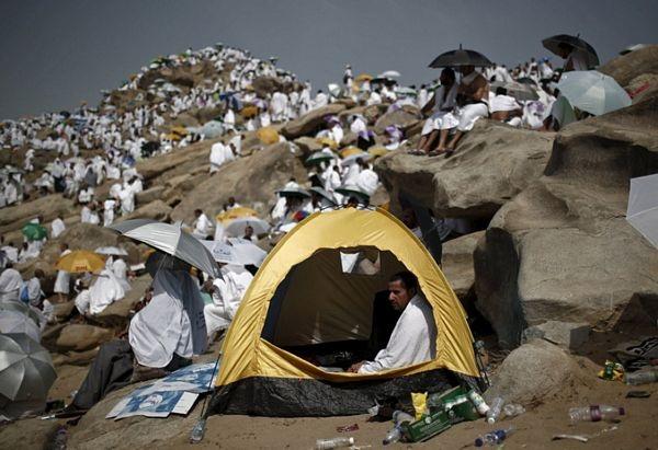 Một tín đồ mang theo lều bạt trong cuộc hành hương.