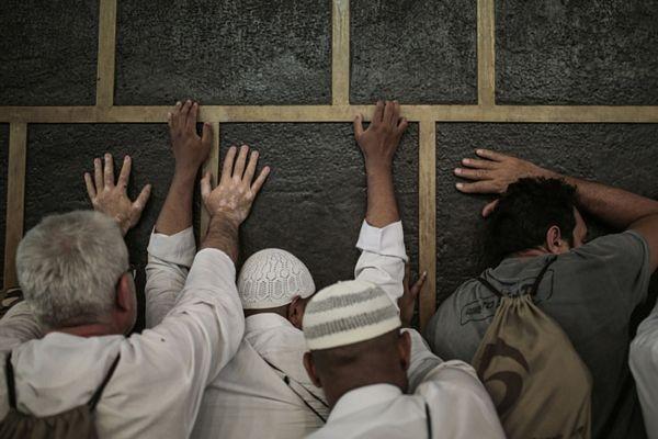 Các tín đồ đặt tay lên đền thờ Kaaba linh thiêng.