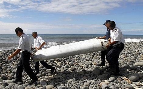 Một mảnh vỡ cánh máy bay được tìm thấy trên đảo Reunion của Pháp (Ảnh: AFP)