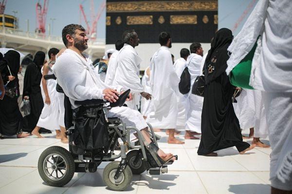 Cuộc hành hương Hajj đòi hỏi các tín đồ phải có sức khỏe tốt và phải đi bộ nhiều. Do vậy, những người cao tuổi hoặc bị khuyết tật thường sử dụng xe lăn.