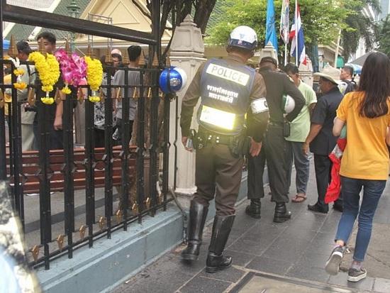Đền Erawan vẫn hút du khách sau vụ đánh bom - 8