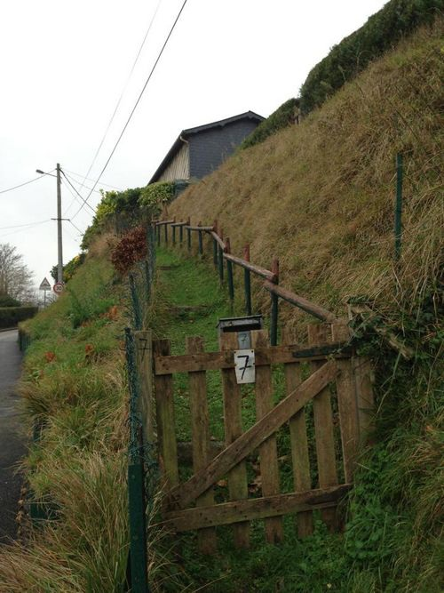 Những ngôi nhà điển hình vùng ngoại vi Darnetal cheo leo trên đỉnh đồi