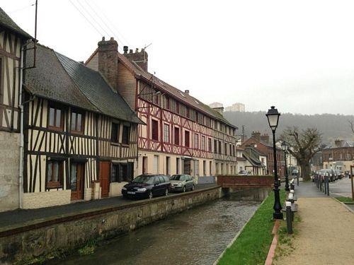 Trung tâm làng Darnetal thuộc vùng núi Rouen đẹp như tranh vẽ của nước Pháp, với những ngôi nhà chocolate có suối nước chảy róc rách ngay trước hiên...