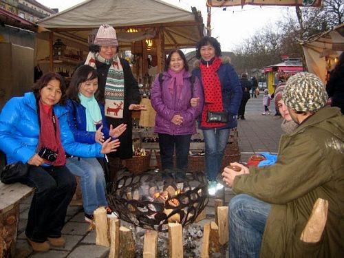 Cùng sưởi ấm với những người dân địa phương rất cởi mở và mến khách bên bếp củi tại khu chợ truyền thống xưa tại Nurnberg, trong ngày cuối năm khi chờ tuyết rơi
