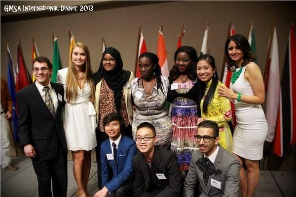 Trang Anh (áo dài vàng) là Phó chủ tịch sự kiện International Dinner của Hội SV quốc tế ở trường ĐH.