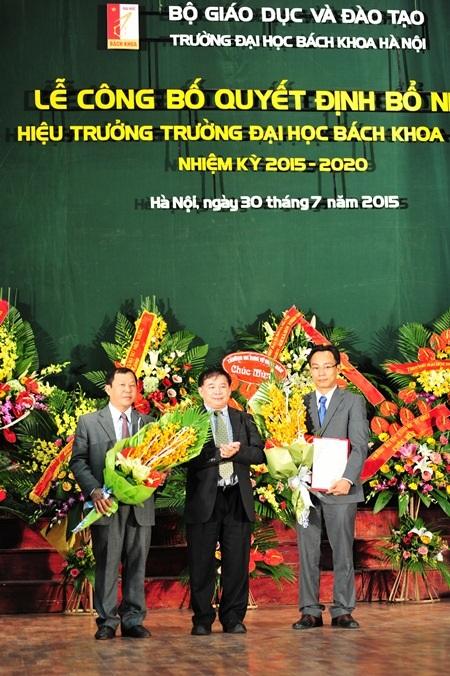 Thứ trưởng Bộ GD-ĐT Bùi Văn Ga (đứng giữa) thay mặt Bộ GD-ĐT trao Quyết định bổ nhiệm Hiệu trưởng trường ĐH Bách khoa Hà Nội tới ông Hoàng Minh Sơn (ngoài cùng bên phải)