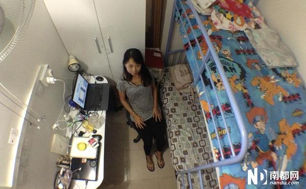 Cũng sở hữu một phòng trọ có diện tích 7m2 là Tiểu Huyên, một sinh viên Đại học vừa mới đến Hong Kong được 6 tháng. Cô sống cùng một người bạn ở khu Tây Hoàn. Căn phòng của Tiểu Huyên chỉ đủ chỗ kê một chiếc giường tầng, một tủ quần áo và bàn học. Cô phải tìm cách sắp xếp đồ đạc để tiết kiệm không gian.
