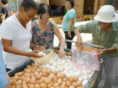 Trứng gà công nghiệp tẩy trắng được bày bán hầu hết ở các chợ (Ảnh: Internet)