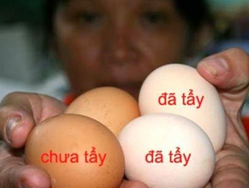 Hình ảnh trứng gà công nghiệp trước và sau khi được tẩy trắng (Ảnh: Internet)