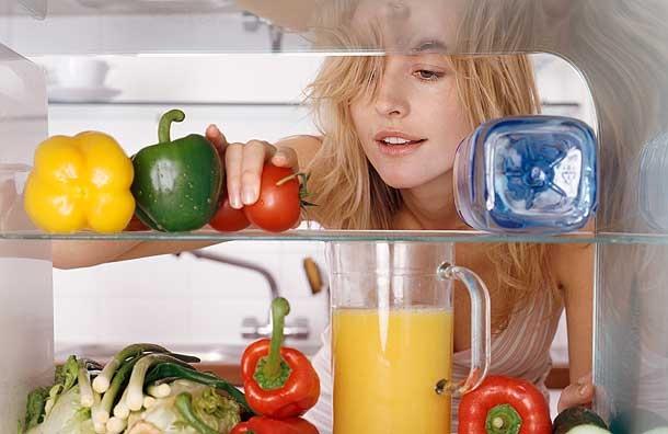 Tủ lạnh hoạt động 24/24 giờ trong ngày, do đó cần thường xuyên vệ sinh và khử mùi hôi của tủ (Ảnh: Internet)