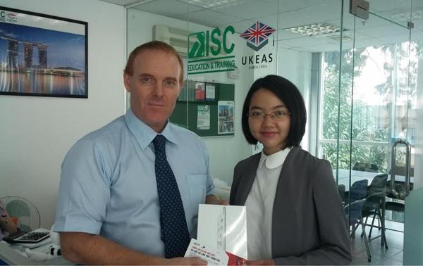 Ông Carl Owen, Giám đốc khu vực của ISC-UKEAS trao iPad cho học sinh đạt được tại eduFairUK tháng 3