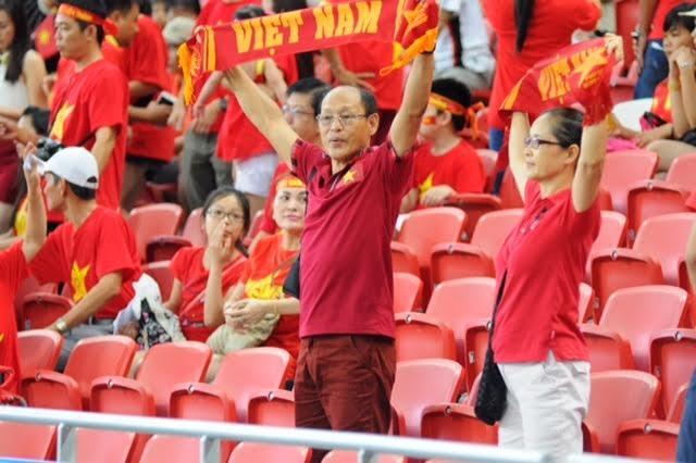 Hai cổ động viên lớn tuổi ủng hộ U23 Việt Nam hết mình