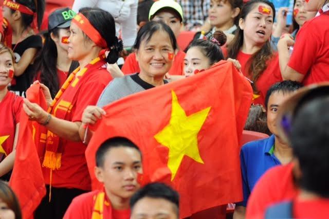 Một số cổ động viên nữ lớn tuổi cũng đến cổ vũ cho U23 Việt Nam