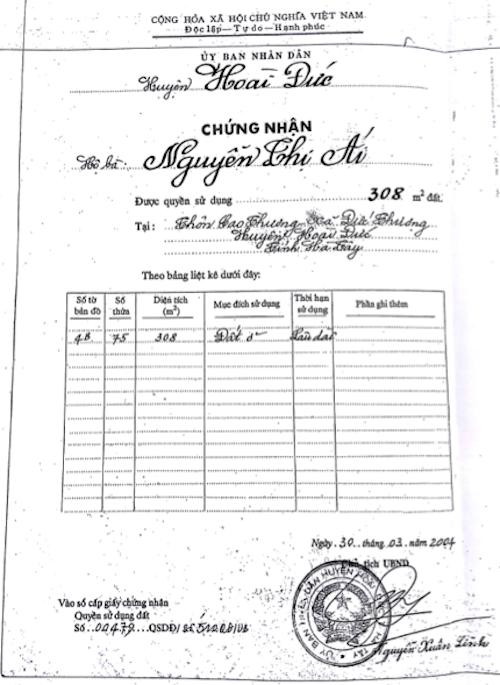 Sau khi mua thửa đất số 75, bà Ái làm thủ tục sang tên được UBND huyện Hoài Đức cấp sổ đỏ do ông Nguyễn Xuân Lĩnh - Chủ tịch UBND huyện ký.