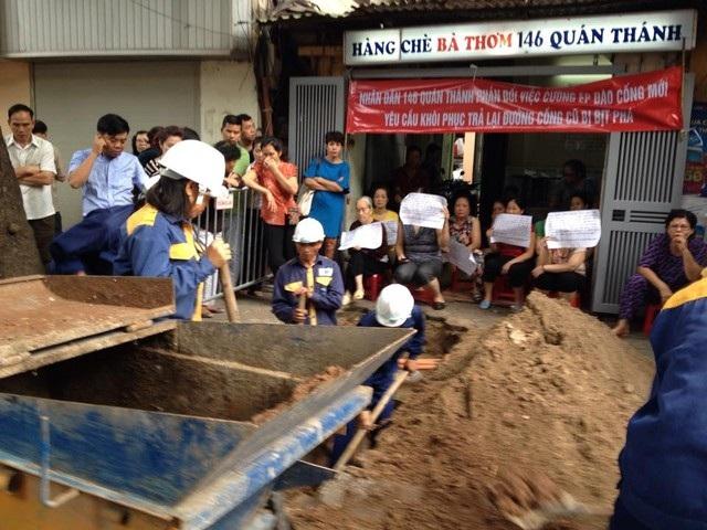 Bất chấp việc hàng chục người dân ăn trực nằm chờ phản đối, UBND quận Ba Đình và phường Quán Thánh vẫn quyết tâm xây dựng đường cống mới khi chưa tìm được sự đồng thuận theo chỉ đạo của Phó chủ tịch Nguyễn Quốc Hùng.