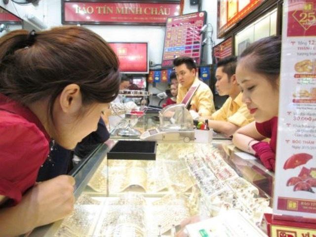 Giá vàng trong nước vẫn cao hơn giá vàng thế giới 4 triệu đồng/lượng.