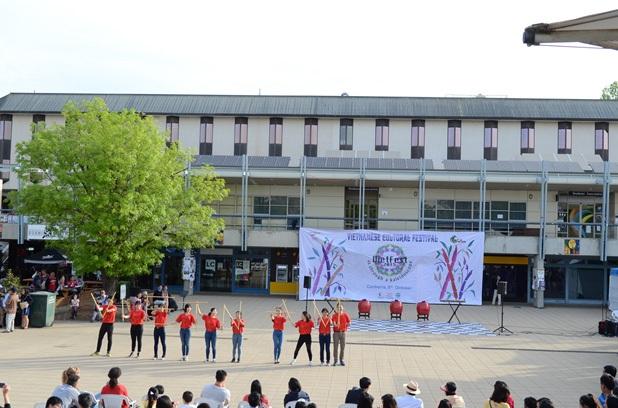 Các bạn sinh viên tham gia nhảy flashmob và xếp chữ Việt Nam