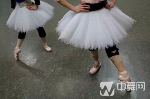 Trong các vở ba-lê, nhiệm vụ của vũ công không chỉ đơn thuần là biểu diễn những động tác vũ đạo mềm mại, uyển chuyển. Họ còn phải có khả năng nhập vai để cảm thụ và khắc họa chính xác tâm lí nhân vật, nắm bắt được cái thần của vai diễn.