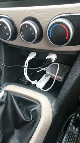 Modem phát Wi-Fi được đặt ở trong xe.