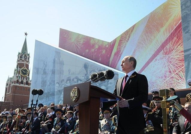 Tổng thống Nga Vladimir Putin tuyên bố một phút mặc niệm tại sự kiện.