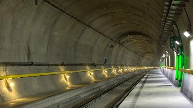 Thụy Sĩ nói rằng đường hầm đường sắt này là cuộc cách mạng đối với ngành vận tải tại châu Âu. Công trình sẽ giúp việc vận chuyển giữa bắc và nam Âu trở nên thuận tiện.