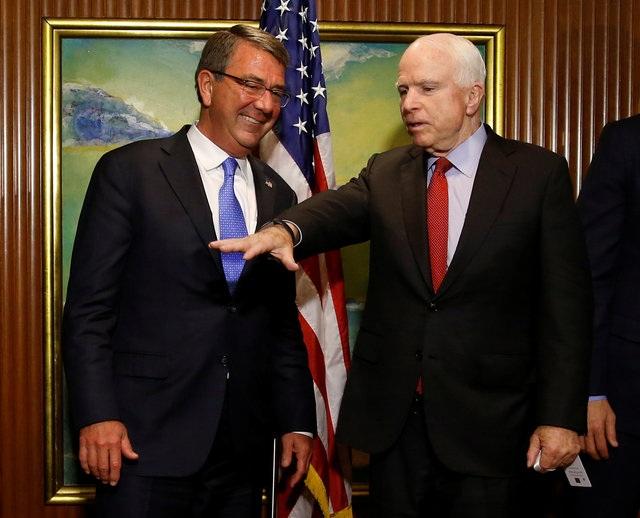 Bộ trưởng Quốc phòng Mỹ Ash Carter và Thượng nghị sĩ Mỹ John McCain gặp nhau bên lề Đối thoại Shangri-La (Ảnh: Reuters)
