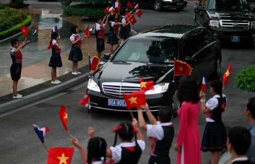 Xe chở Tổng thống Hollande tiến vào Phủ Chủ tịch trước lễ đón chính thức do Chủ tịch nước Trần Đại Quang chủ trì. (Ảnh: AFP)
