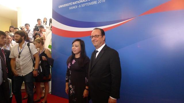 Tổng thống Pháp Francois Hollande đã có cuộc trò chuyện ngắn với Bộ trưởng Y tế Nguyễn Thị Kim Tiến tại sự kiện. (Ảnh: An Bình)