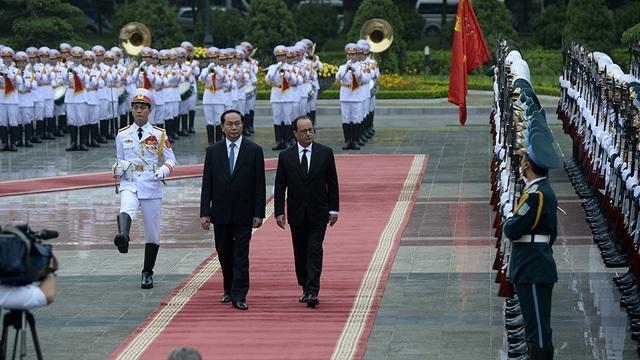 Tổng thống Pháp Francois Hollande và Chủ tịch nước Trần Đại Quang tại lễ đón chính thức ở Phủ chủ tịch sáng ngày 6/9 (Ảnh: Mạnh Thắng)