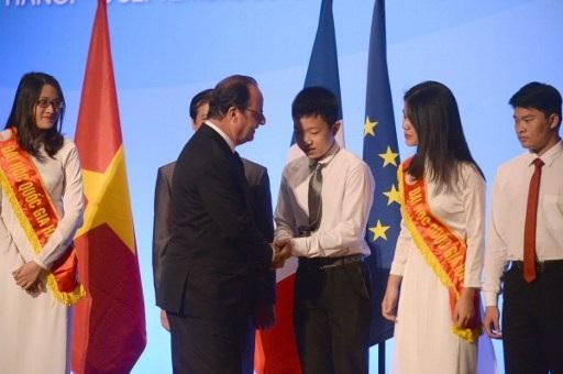 Cũng trong khuôn khổ chuyến thăm Việt Nam, ông Hollande đã tới thăm một cơ sở giáo dục đại học của Việt Nam - Đại học Quốc gia Hà Nội. Tại đây, Tổng thống Hollande có bài phát biểu về chủ đề tương lai chung của mối quan hệ Việt - Pháp. (Ảnh: Reuters)