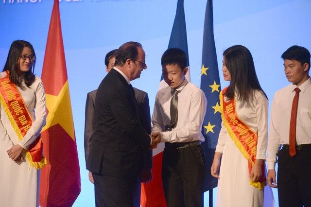 Reuters đăng tải hình ảnh Tổng thống Pháp Hollande bắt tay các sinh viên Việt Nam sau khi có bài phát biểu tại Đại học Quốc gia Hà Nội sáng 6/9