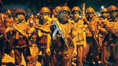 Vệ binh Bangladesh tập trung gần quán cà phê Gulshan, Tp. Dhaka đang bị các tay súng chiếm giữ. - Ảnh: Reuters.