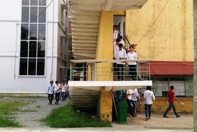 Kết thúc 90 phút làm bài, các thí sinh tại điểm thi trường THPT chuyên Lương Văn Tụy mới ra khỏi phòng thi (ảnh: Thái Bá)