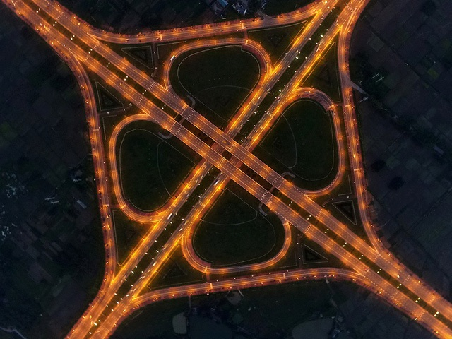 Giao lộ khổng lồ nhìn từ trên cao với hệ thống cầu vượt, đường rẽ trên cao, cầu dẫn uốn lượn đẹp mắt.