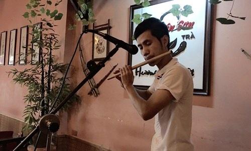 Phạm Anh Tuấn phiêu diêu với cây sáo trúc.