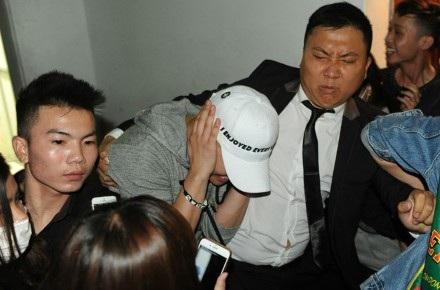 Seungri của nhóm Big Bang phải ôm đầu khi bị các fan Việt… cào cấu.